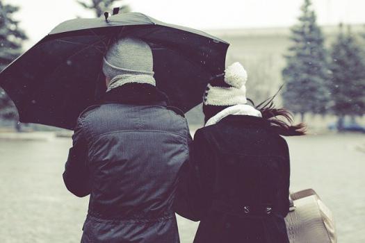 pareja-bajo-la-lluvia-con-paraguas